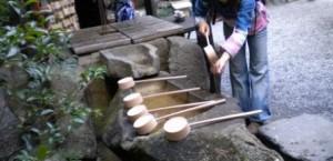 Ritual de ablución de las manos al entrar en un templo.