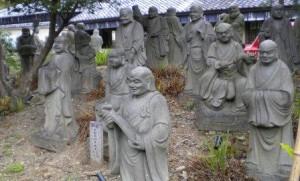 Iconos de budas en las proximidades de un templo.